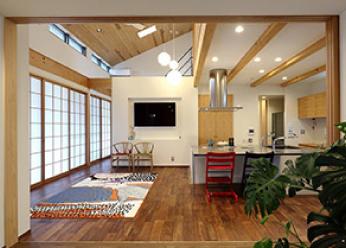 床:ウォールナット無垢フローリング壁・天井:珪藻土塗り