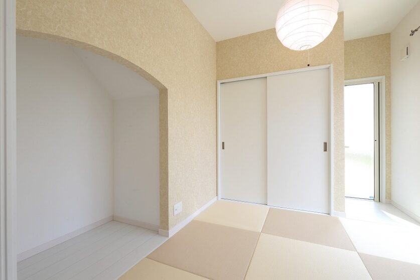 白亜のフレンチスタイルの家01