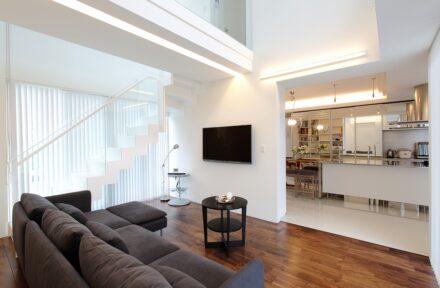 透明感溢れる「白」が際立つスタイリッシュ・モダン住宅